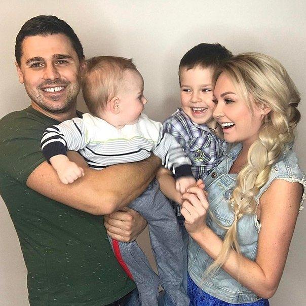 Дарья и Сергей - счастливые родители очаровательных Артема и ДавидаФото: Соцсети