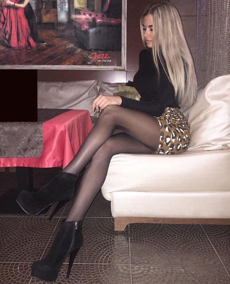 Лена Хромина предпочитает надевать весьма вызывающей длины юбкиФото: «Инстаграм»