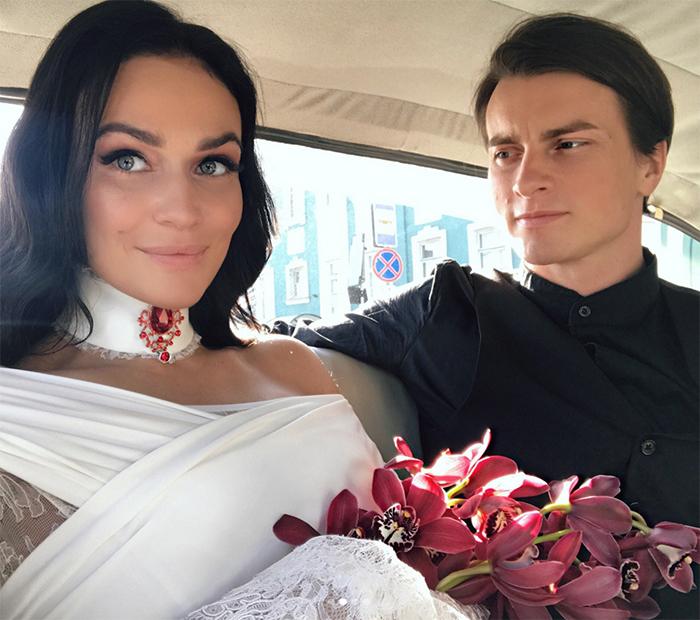 Навторой свадьбе Алена была без фаты исветочкой красных орхидейФото: «Инстаграм»