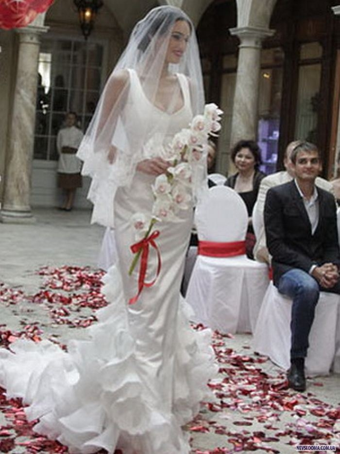 Фата, облегающее платьеиветка белых орхидей— образ Алены Водонаевой напервой свадьбе Фото: «Инстаграм»