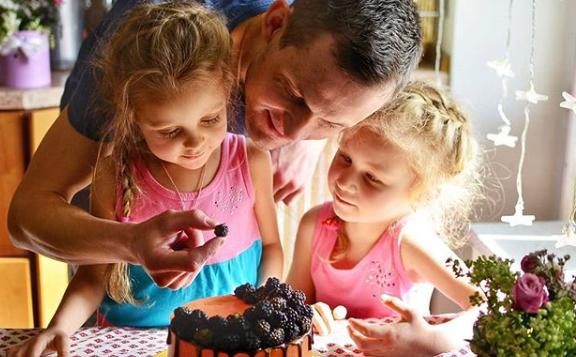 Муж Маши Круглыхиной Михаил с дочками Лизой и ВарейФото: «Инстаграм»