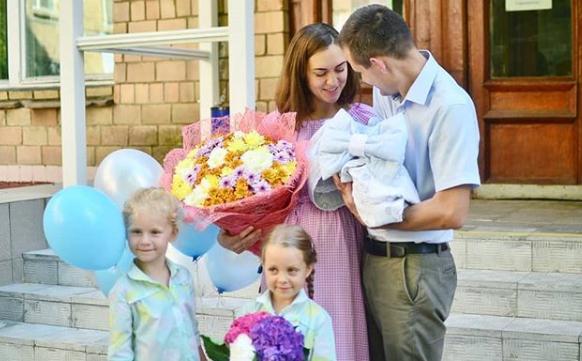 Маша Круглыхина смужем, дочками иноворожденным сыном напороге роддома Фото: «Инстаграм»