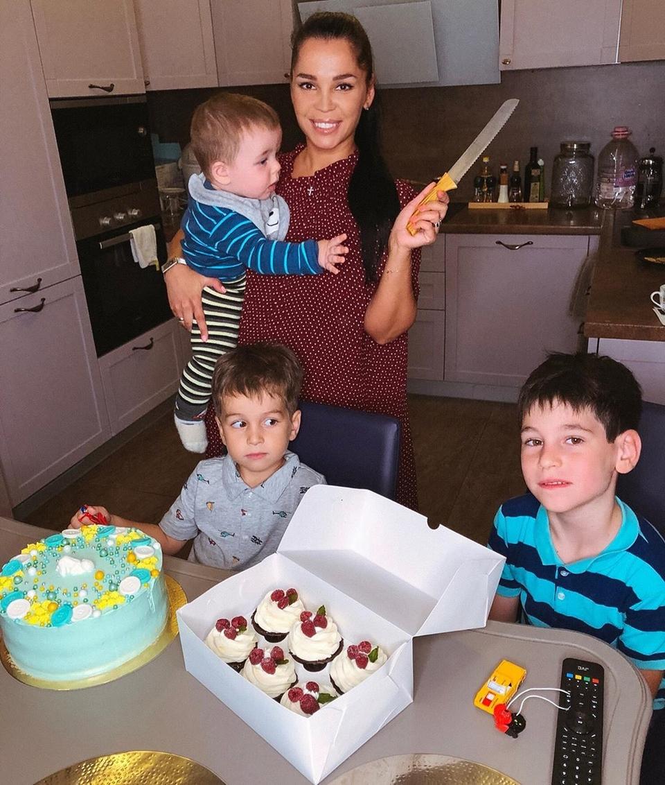 Юля сдетьми науютной кухневквартире сестры Фото: «Инстаграм»
