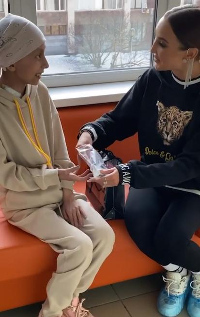 Звезда сделала подарок своей поклоннице Фото: Кадр видео