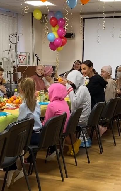 После встречи сГулей Ольга пообщалась сдругими юными пациентами онкологического центра Фото: Кадр видео